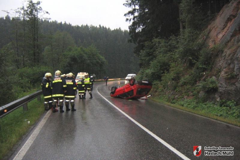 Aufräumarbeiten nach einem Verkehrsunfall