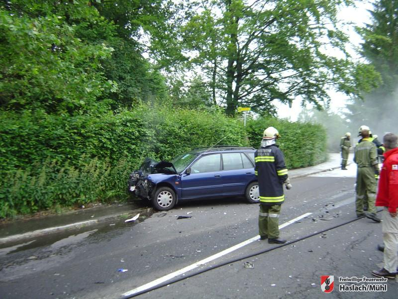 Verkehrsunfall mit eingeklemmter Person – PKW brennt
