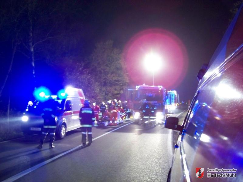 Verkehrsunfall mit eingeklemmter Person beim Bahnhof Haslach