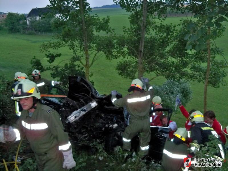schwerer Verkehrsunfall mit eingeklemmter Person