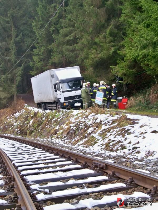 LKW drohte auf Bahngleise zu stürzen