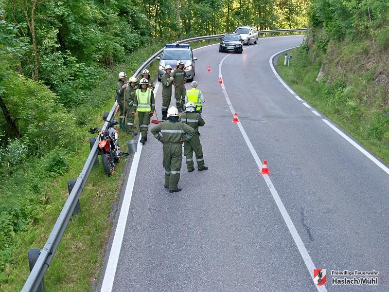 Aufräumarbeiten nach Motorradunfall
