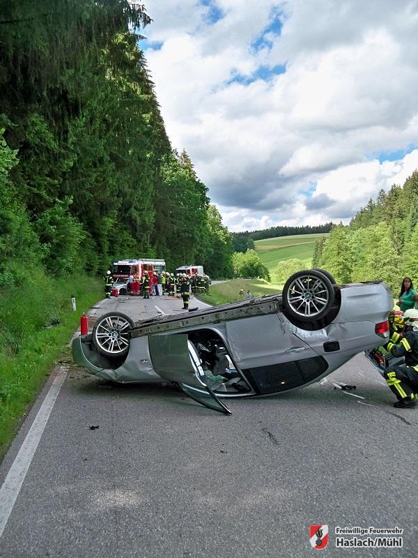Verkehrsunfall mit eingeschlossener Person auf der B38