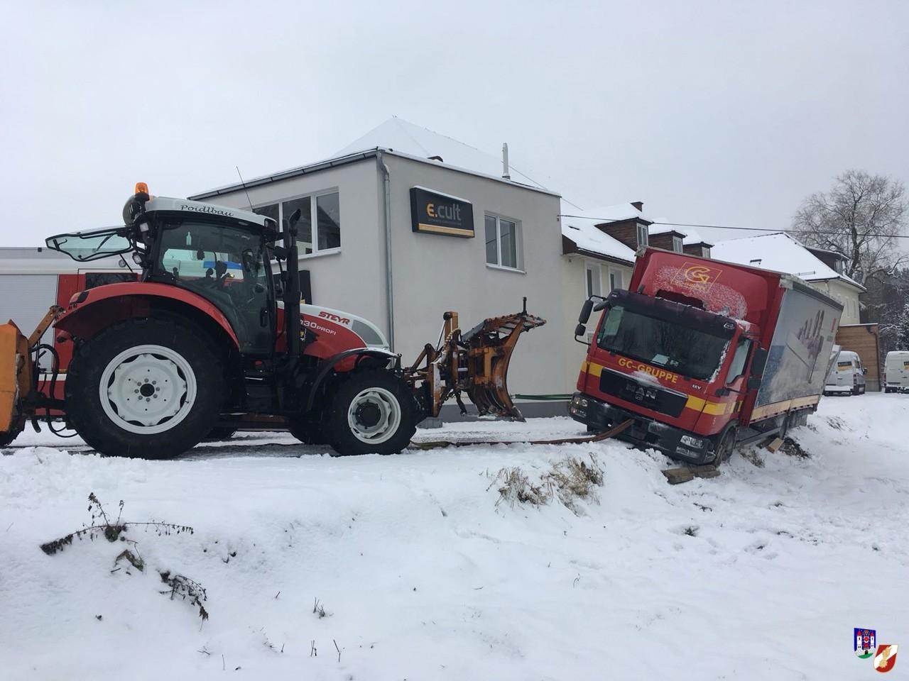 LKW-Bergung auf schneeglatter Fahrbahn