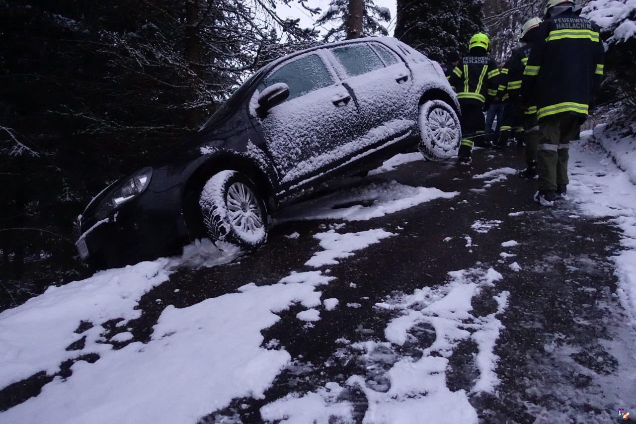 Fahrzeugbergung aus Böschung