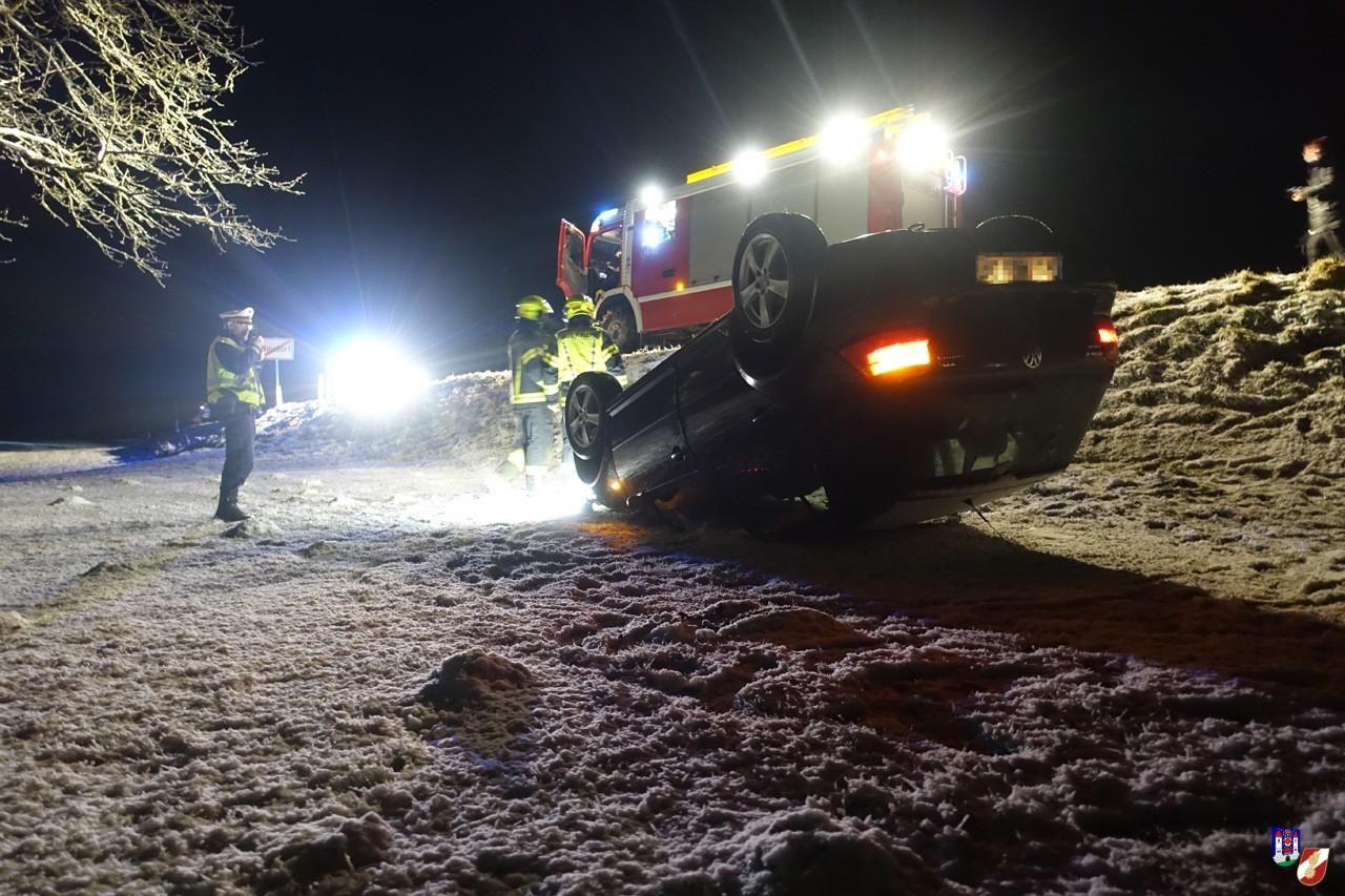 Fahrzeugüberschlag auf schneebedeckter Fahrbahn