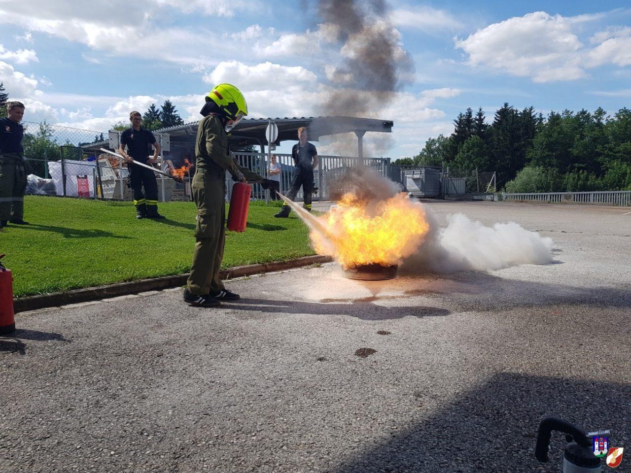 Jugendübung mit Feuer und Wasser